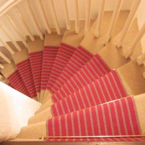 passage d'escalier rouge