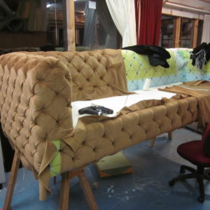 Grand canapé avec capitons, genre Chesterfield