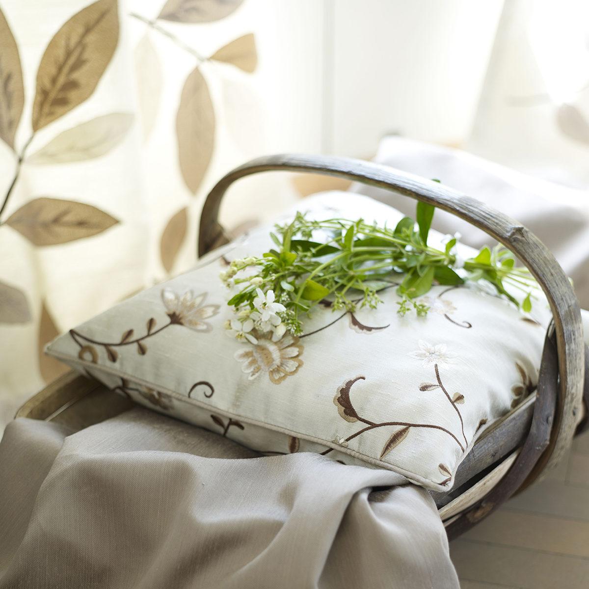 Panier avec coussin brodé et fleurs